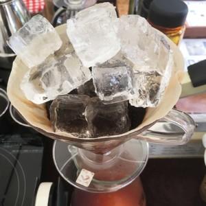 短時間で作るおすすめの水出し珈琲・器具いらず氷を使っての点滴抽出