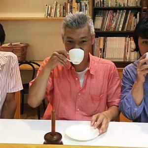 コーヒー仲間が手製のコーヒー器材で美味しいブレンドコーヒーを振る舞う図