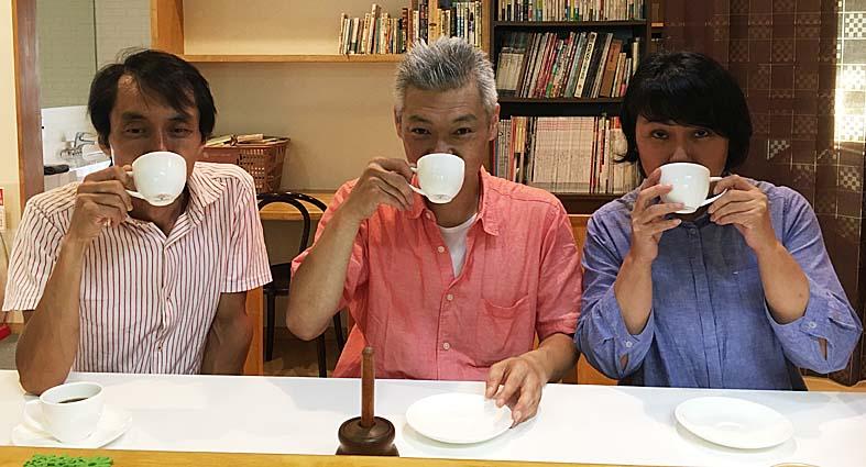 美味しいブレンドコーヒーを飲む