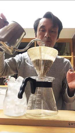 お湯でコーヒー粉を蒸らす