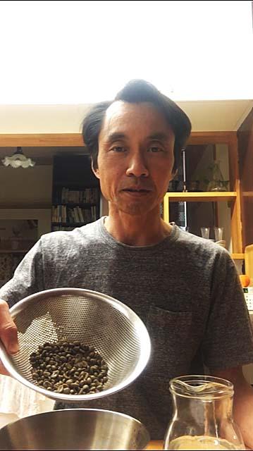 珈琲生豆を洗う