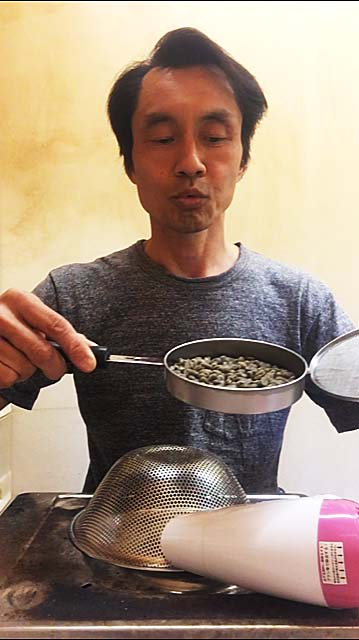 ゴマ煎り器で珈琲焙煎